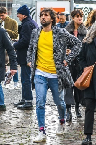 Blaue Jeans mit Destroyed-Effekten kombinieren: trends 2020: Kombinieren Sie einen schwarzen und weißen Mantel mit Hahnentritt-Muster mit blauen Jeans mit Destroyed-Effekten für ein bequemes Outfit, das außerdem gut zusammen passt. Weiße Leder niedrige Sneakers sind eine gute Wahl, um dieses Outfit zu vervollständigen.