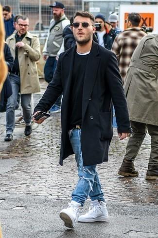 Pullover mit einem Rundhalsausschnitt kombinieren: trends 2020: Kombinieren Sie einen Pullover mit einem Rundhalsausschnitt mit hellblauen Jeans mit Destroyed-Effekten für einen entspannten Wochenend-Look. Ergänzen Sie Ihr Look mit weißen hohen Sneakers aus Leder.