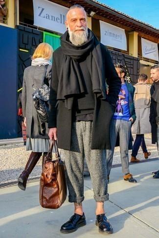 Dunkelgraue Chinohose kombinieren – 500+ Herren Outfits kalt Wetter: Entscheiden Sie sich für einen schwarzen Mantel und eine dunkelgraue Chinohose für einen für die Arbeit geeigneten Look. Machen Sie Ihr Outfit mit schwarzen Leder Derby Schuhen eleganter.