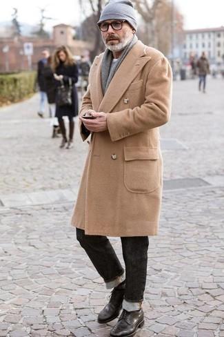 Grauen Pullover mit einem Rundhalsausschnitt kombinieren für kühl Wetter: trends 2020: Kombinieren Sie einen grauen Pullover mit einem Rundhalsausschnitt mit dunkelgrauen Jeans für ein großartiges Wochenend-Outfit. Fühlen Sie sich ideenreich? Wählen Sie schwarzen Brogue Stiefel aus Leder.