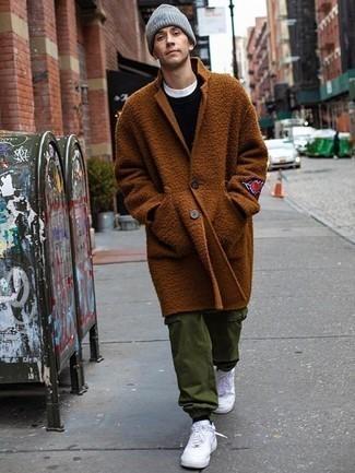 Schwarzen Pullover mit einem Rundhalsausschnitt kombinieren: trends 2020: Paaren Sie einen schwarzen Pullover mit einem Rundhalsausschnitt mit einer olivgrünen Cargohose, um einen lockeren, aber dennoch stylischen Look zu erhalten. Weiße Leder niedrige Sneakers sind eine großartige Wahl, um dieses Outfit zu vervollständigen.