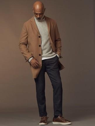 50 Jährige: Dunkelgraue Chinohose kombinieren – 33 Herren Outfits kalt Wetter: Entscheiden Sie sich für einen camel Mantel und eine dunkelgraue Chinohose für Drinks nach der Arbeit. Fühlen Sie sich mutig? Entscheiden Sie sich für braunen Leder niedrige Sneakers.
