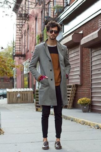 Wie kombinieren: grauer Mantel, brauner Pullover mit einem Rundhalsausschnitt, graues T-Shirt mit einem Rundhalsausschnitt, schwarze enge Jeans