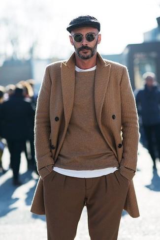 Wie kombinieren: camel Mantel, brauner Pullover mit einem Rundhalsausschnitt, weißes T-Shirt mit einem Rundhalsausschnitt, braune Wollanzughose