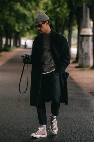 Schwarzen Mantel kombinieren – 843+ Herren Outfits: Erwägen Sie das Tragen von einem schwarzen Mantel und einer schwarzen vertikal gestreiften Chinohose, wenn Sie einen gepflegten und stylischen Look wollen. Bringen Sie die Dinge durcheinander, indem Sie rosa hohe Sneakers aus Segeltuch mit diesem Outfit tragen.