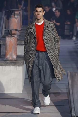 Wie kombinieren: brauner Mantel mit Schottenmuster, roter Pullover mit einem Rundhalsausschnitt, weißes T-shirt mit einer Knopfleiste, dunkelgraue Wollanzughose