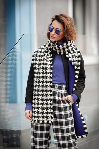 Wie kombinieren: schwarzer Mantel, violetter Pullover mit einem Rundhalsausschnitt, schwarze und weiße weite Hose mit Karomuster, weißer und schwarzer Schal mit Hahnentritt-Muster