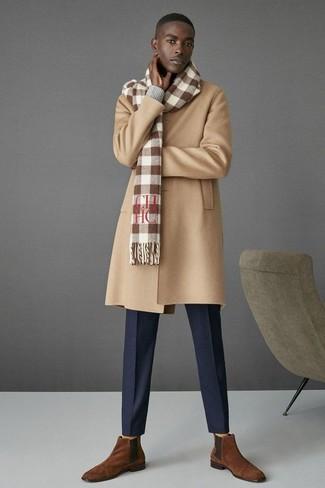 Wie kombinieren: camel Mantel, grauer Pullover mit einem V-Ausschnitt, dunkelblaue Anzughose, braune Chelsea-Stiefel aus Wildleder