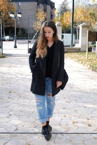 Wie kombinieren: dunkelgrauer Mantel, schwarzer flauschiger Pullover mit einem V-Ausschnitt, hellblaue Boyfriend Jeans mit Destroyed-Effekten, schwarze Leder plateau Slippers