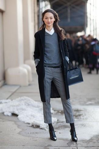schwarzer Mantel, grauer Pullover mit einem V-Ausschnitt, weißes Businesshemd, graue Anzughose für Damen