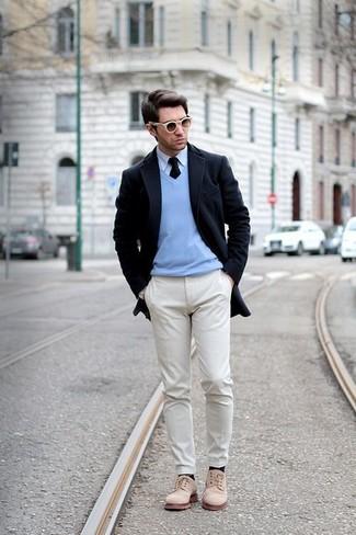 Wie kombinieren: dunkelblauer Mantel, hellblauer Pullover mit einem V-Ausschnitt, weißes Businesshemd, hellbeige Chinohose