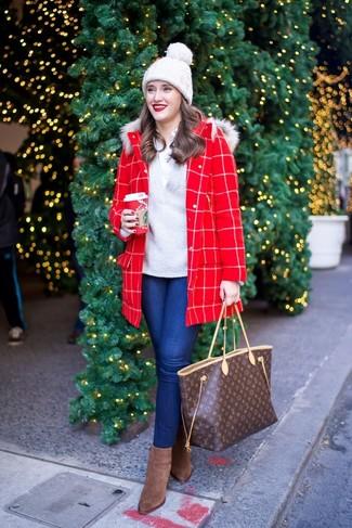 Wie kombinieren: roter Mantel mit Karomuster, grauer Pullover mit einem V-Ausschnitt, weißes Businesshemd, blaue enge Jeans