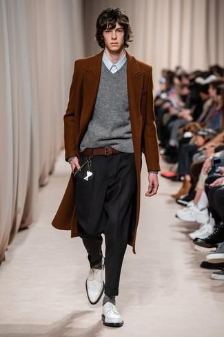Wie kombinieren: rotbrauner Mantel, grauer Pullover mit einem V-Ausschnitt, hellblaues Businesshemd, schwarze Anzughose