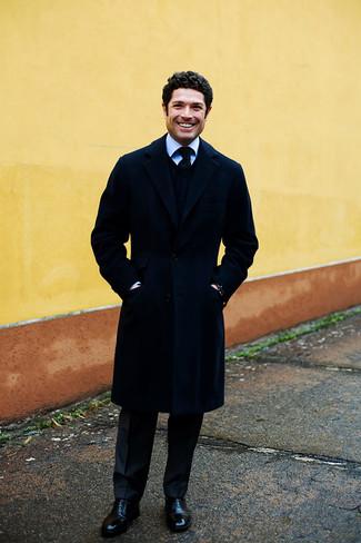 Schwarze Leder Oxford Schuhe kombinieren: trends 2020: Tragen Sie einen dunkelblauen Mantel und eine schwarze vertikal gestreifte Anzughose für eine klassischen und verfeinerte Silhouette. Schwarze Leder Oxford Schuhe sind eine kluge Wahl, um dieses Outfit zu vervollständigen.
