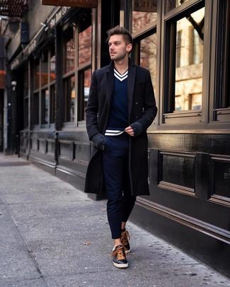 Wie kombinieren: schwarzer Mantel, dunkelblauer und weißer Pullover mit einem V-Ausschnitt, dunkelblaue Chinohose, schwarze Leder niedrige Sneakers