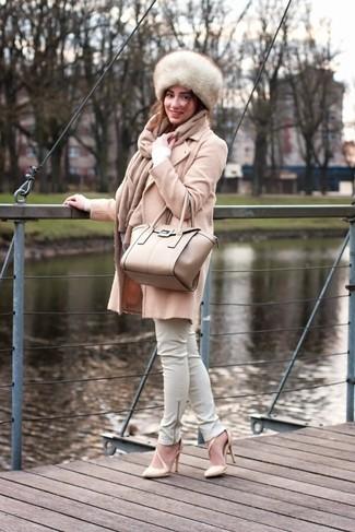 Wie kombinieren: hellbeige Mantel, weißer Pullover mit einem V-Ausschnitt, weiße enge Hose aus Leder, hellbeige Leder Pumps