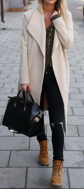 Tragen Sie einen hellbeige Mantel und schwarzen enge Jeans mit Destroyed-Effekten für ein Alltagsoutfit, das Charakter und Persönlichkeit ausstrahlt. Fühlen Sie sich ideenreich? Wählen Sie beige flache Stiefel mit einer Schnürung aus Leder.