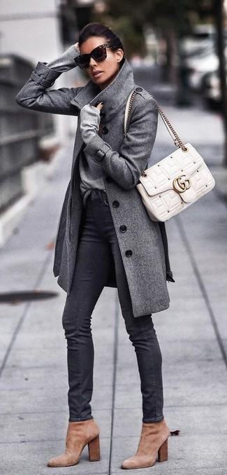 Wie kombinieren: grauer Mantel, grauer Pullover mit einem V-Ausschnitt, schwarze enge Jeans, beige Wildleder Stiefeletten