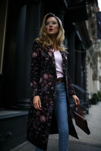 Wie kombinieren: schwarzer Mantel mit Blumenmuster, weißer Pullover mit einem V-Ausschnitt, hellblaue enge Jeans, dunkelrote Satchel-Tasche aus Leder