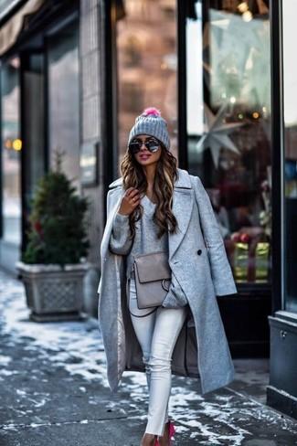 Wie kombinieren: grauer Mantel, grauer Pullover mit einem V-Ausschnitt, weiße enge Jeans, fuchsia Wildleder Pumps