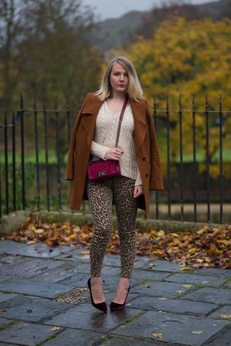 Wie kombinieren: rotbrauner Mantel, hellbeige Pullover mit einem V-Ausschnitt, beige enge Jeans mit Leopardenmuster, dunkelrote Samt Pumps