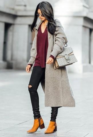 Wie kombinieren: grauer Mantel, dunkelroter Pullover mit einem V-Ausschnitt, schwarze enge Jeans mit Destroyed-Effekten, rotbraune Chelsea-Stiefel aus Wildleder