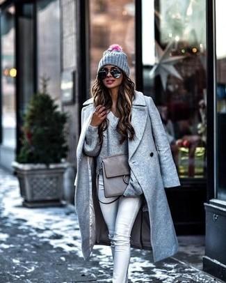 Wie kombinieren: grauer Mantel, grauer Pullover mit einem V-Ausschnitt, graue enge Jeans, graue Satchel-Tasche aus Leder