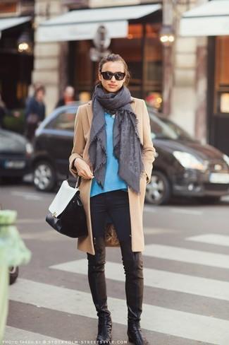 Wie kombinieren: beige Mantel, blauer Pullover mit einem V-Ausschnitt, schwarze enge Jeans, schwarze Overknee Stiefel aus Leder