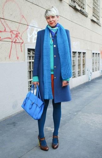 Wie kombinieren: blauer Mantel, mintgrüner Pullover mit einem V-Ausschnitt, orange Etuikleid, dunkelbraune Leder Pumps