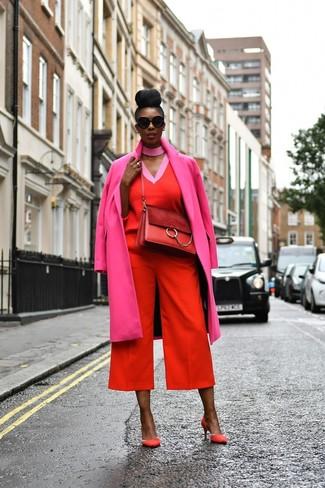 Wie kombinieren: fuchsia Mantel, roter Pullover mit einem V-Ausschnitt, roter Hosenrock, rote Wildleder Pumps