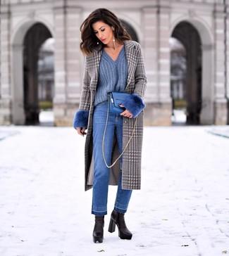 Blaue Jeans kombinieren – 1200+ Damen Outfits: Probieren Sie diese Kombi aus einem grauen Mantel mit Hahnentritt-Muster und blauen Jeans, um einen stylischen, entspannten Look zu erzeugen. Schwarze Leder Stiefeletten fügen sich nahtlos in einer Vielzahl von Outfits ein.