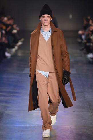 rotbrauner Mantel, beige Pullover mit einem V-Ausschnitt, hellblaues Jeanshemd, beige Chinohose für Herren