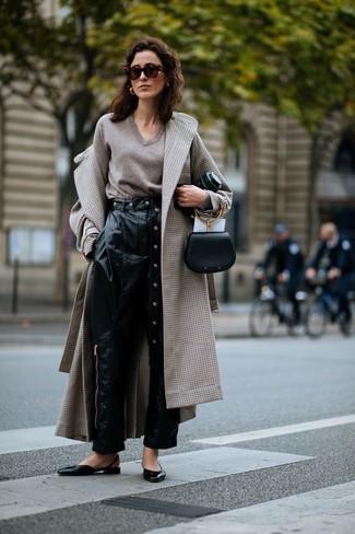 Wie kombinieren: hellbeige Mantel mit Karomuster, hellbeige Pullover mit einem V-Ausschnitt, schwarze Karottenhose aus Leder, schwarze Leder Ballerinas