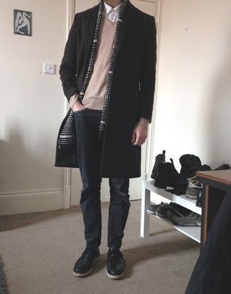 Herren Outfits 2021: Kombinieren Sie einen dunkelbraunen Mantel mit dunkelgrauen Jeans, um einen modischen Freizeitlook zu kreieren. Fühlen Sie sich mutig? Wählen Sie schwarzen Leder Derby Schuhe.