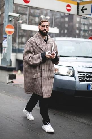 Wie kombinieren: brauner Mantel mit Karomuster, schwarzer Pullover mit einem V-Ausschnitt, graues Langarmhemd mit Schottenmuster, schwarze Chinohose