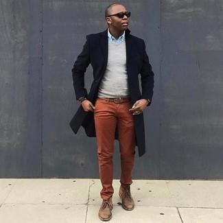 Herren Outfits & Modetrends für kalt Wetter: Paaren Sie einen dunkelblauen Mantel mit einer rotbraunen Chinohose, wenn Sie einen gepflegten und stylischen Look wollen. Braune Chukka-Stiefel aus Wildleder liefern einen wunderschönen Kontrast zu dem Rest des Looks.