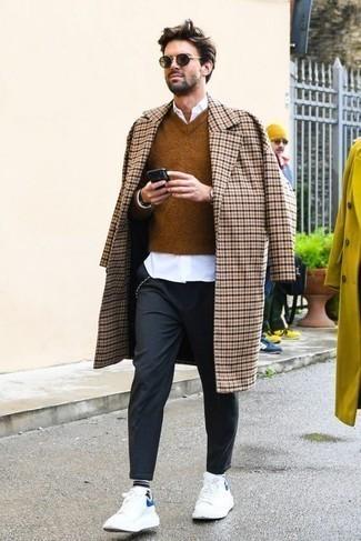 Weiße Leder niedrige Sneakers kombinieren: trends 2020: Paaren Sie einen beigen Mantel mit Karomuster mit einer dunkelgrauen Chinohose, wenn Sie einen gepflegten und stylischen Look wollen. Suchen Sie nach leichtem Schuhwerk? Vervollständigen Sie Ihr Outfit mit weißen Leder niedrigen Sneakers für den Tag.