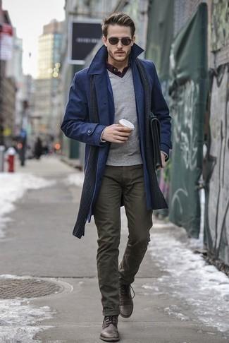 Dunkelgrauen Schal kombinieren: trends 2020: Ein dunkelblauer Mantel und ein dunkelgrauer Schal sind eine ideale Outfit-Formel für Ihre Sammlung. Wählen Sie eine dunkelbraune Lederfreizeitstiefel, um Ihr Modebewusstsein zu zeigen.