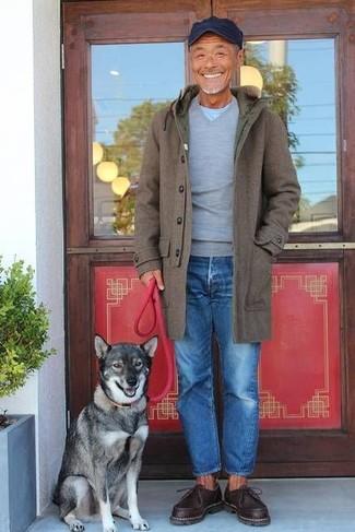 Wie kombinieren: olivgrüner Mantel, grauer Pullover mit einem V-Ausschnitt, hellblaues T-Shirt mit einem Rundhalsausschnitt, blaue Jeans