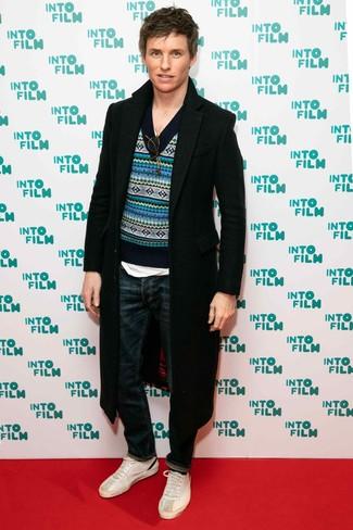Wie kombinieren: schwarzer Mantel, blauer Pullover mit einem V-Ausschnitt mit Norwegermuster, weißes T-Shirt mit einem V-Ausschnitt, dunkelblaue Jeans