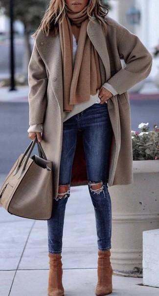 Hellbeige Mantel kombinieren – 10 Winter Damen Outfits: Wahlen Sie einen hellbeige Mantel und dunkelblauen enge Jeans mit Destroyed-Effekten, um sich selbstbewusst zu fühlen und modisch auszusehen. Braune Wildleder Stiefeletten sind eine gute Wahl, um dieses Outfit zu vervollständigen. Nicht jedermanns Sache aber stylich und toll an Wintertagen.