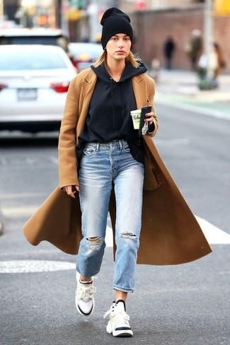 Wie kombinieren: beige Mantel, schwarzer Pullover mit einer Kapuze, hellblaue Boyfriend Jeans mit Destroyed-Effekten, weiße Sportschuhe