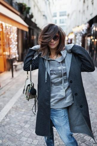 Wie kombinieren: dunkelgrauer Mantel, grauer Camouflage Pullover mit einer Kapuze, blaue Boyfriend Jeans mit Destroyed-Effekten, hellbeige Leder Umhängetasche