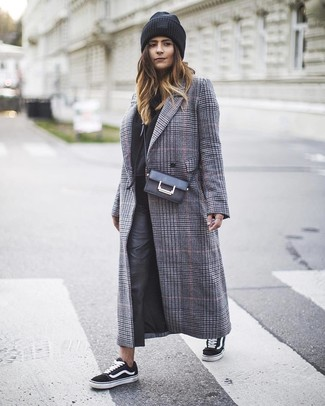 Wie kombinieren: grauer Mantel mit Schottenmuster, schwarzer Pullover mit einer Kapuze, schwarze enge Hose aus Leder, schwarze und weiße Segeltuch niedrige Sneakers