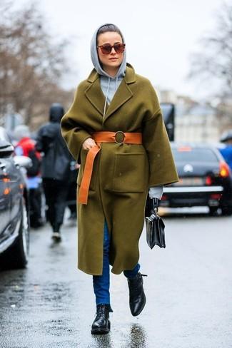 Wie kombinieren: olivgrüner Mantel, grauer Pullover mit einer Kapuze, blaue enge Jeans, schwarze flache Stiefel mit einer Schnürung aus Leder