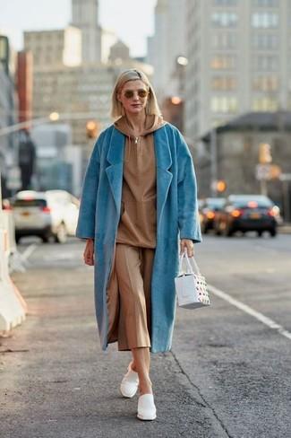 Die Vielseitigkeit von einem türkisen mantel und einem beige hosenrock machen sie zu einer lohnenswerten Investition. Fühlen Sie sich ideenreich? Komplettieren Sie Ihr Outfit mit weißen leder pantoletten von Moschino.