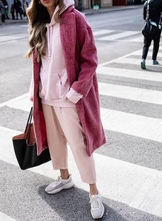 Wie kombinieren: roter Mantel, rosa Pullover mit einer Kapuze, rosa Hosenrock, graue Sportschuhe
