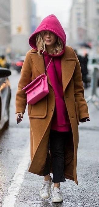 Braunen Mantel kombinieren – 137 Damen Outfits: Arbeitsreiche Tage verlangen nach einem unkompliziertfen, aber dennoch stylischen Look, wie zum Beispiel ein brauner Mantel und schwarze Jeans. Fühlen Sie sich ideenreich? Komplettieren Sie Ihr Outfit mit weißen niedrigen Sneakers.