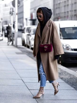 Schwarzen Pullover mit einer Kapuze kombinieren: Casual-Outfits: trends 2020: Diese Kombi aus einem schwarzen Pullover mit einer Kapuze und blauen Jeans mit Destroyed-Effekten bringt einen stylischen Streetstyle-Touch in Ihre Casual-Outfits. Braune beschlagene Leder Pumps sind eine ideale Wahl, um dieses Outfit zu vervollständigen.