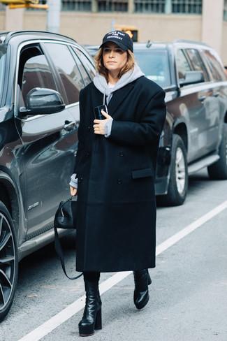 Wie kombinieren: schwarzer Mantel, grauer Pullover mit einer Kapuze, schwarze Leder mittelalte Stiefel, schwarze Lederhandtasche